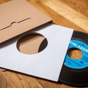 Schallplatte als Einladungskarte (original Vinyl Single) / Versandkarton und Schutzhülle